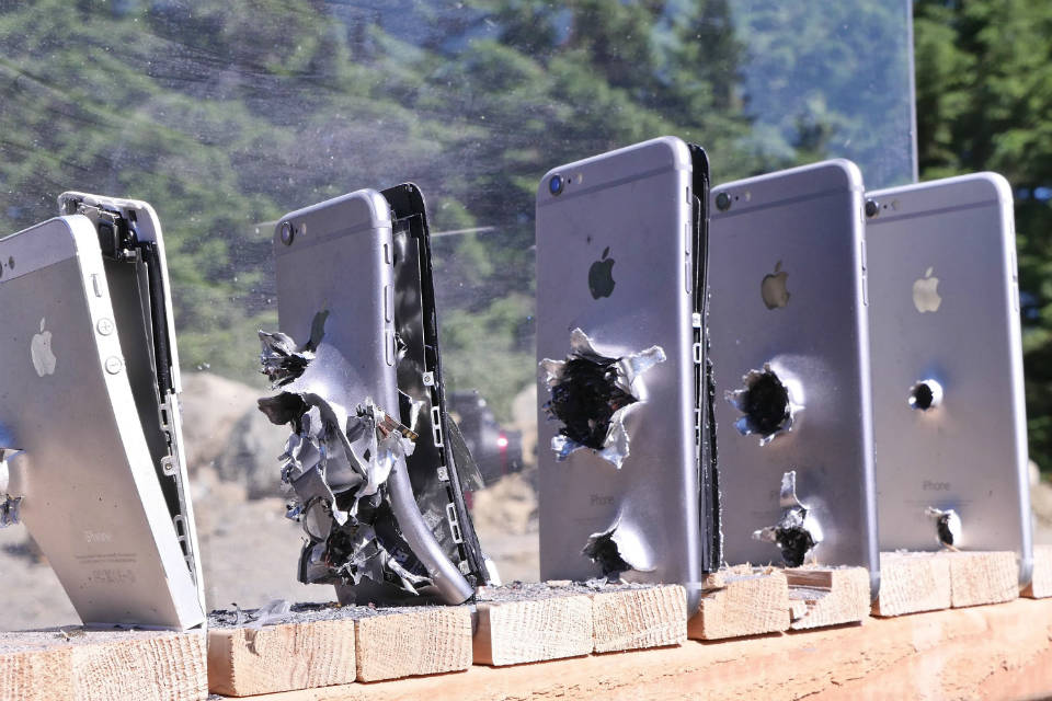 Barisan iPhone 6 yang tertembus peluru AK-47