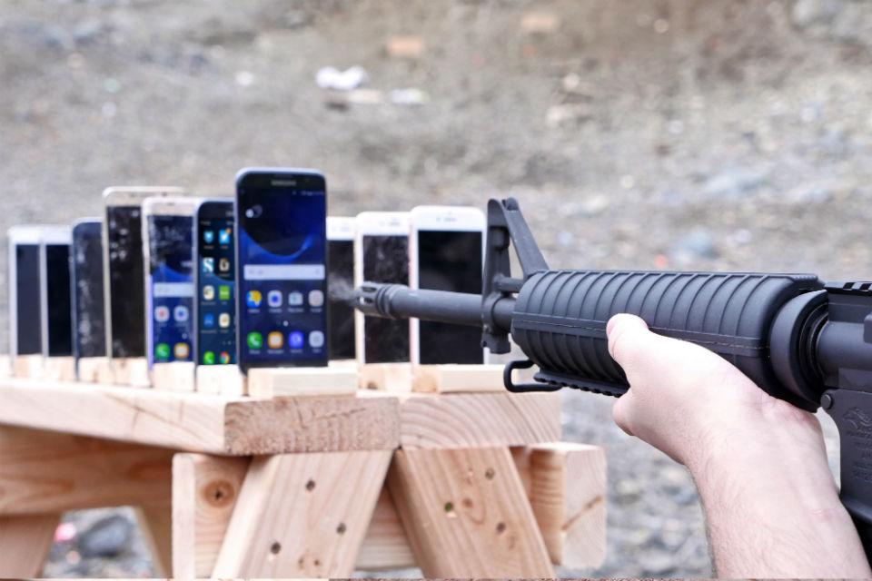 Tes Uji Ketahanan iPhone dengan senjata AK-47